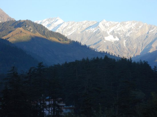 Chichoga Holiday Inn : My daughter taking snaps of the mountains
