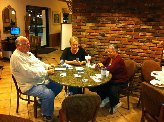 Lamplighter Inn & Suites North: Playing PHASE 10 in the Dining Room