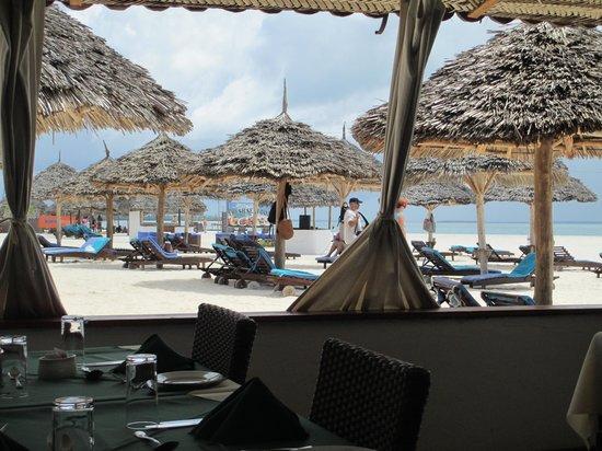 Eden Village Kendwa Beach Resort: zona lettini vista dal ristorante