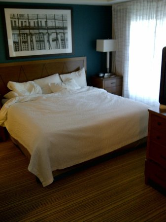 Residence Inn Mississauga-Airport Corporate Centre West: Bed