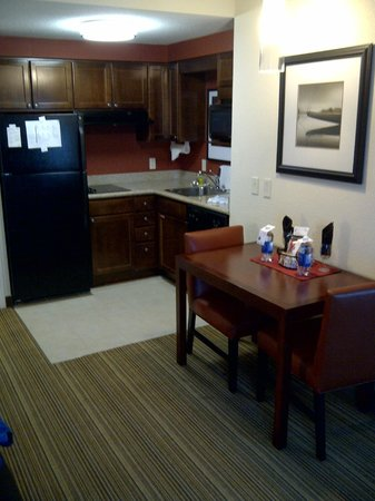 Residence Inn Mississauga-Airport Corporate Centre West: Kitchenette and dining area