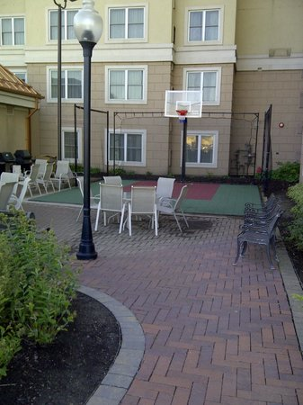 Residence Inn Mississauga-Airport Corporate Centre West: Outdoor basketball court