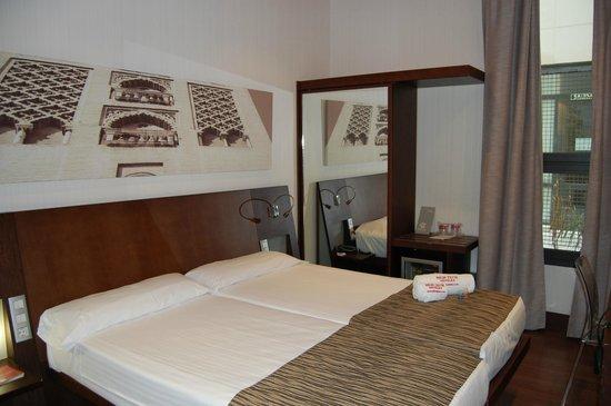 Petit Palace Marques Santa Ana: Chambre spacieuse