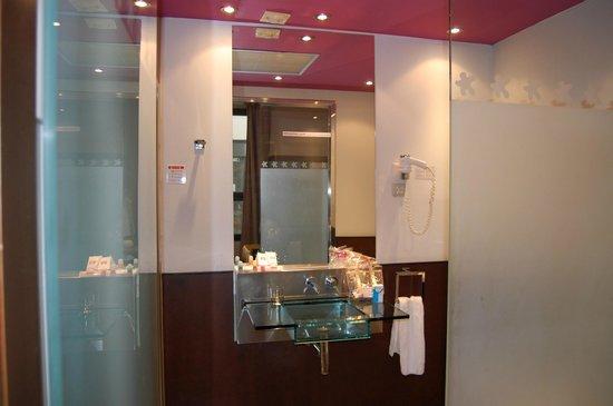 Petit Palace Marques Santa Ana: Salle de bains à multi-jets
