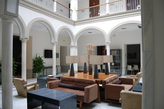 Petit Palace Marques Santa Ana: Patio