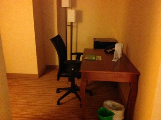 Courtyard by Marriott Boston Brookline : Desk