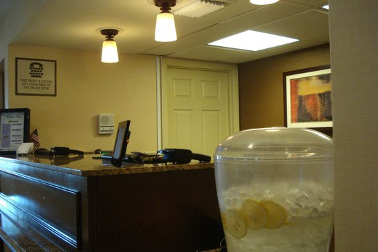 Residence Inn Orlando Altamonte Springs/Maitland: Another view of front desk area