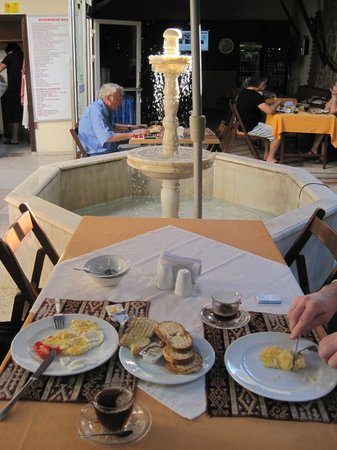 Dedekonak Pansiyon: Breakfast in the garden courtyard