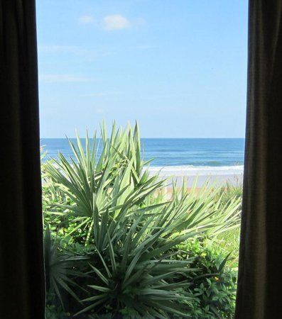 Coral Sands Inn & Seaside Cottages Ormond Beach: The view by the dining room table is fantastic