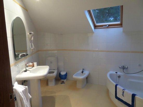 Hotel Vialmar: Baño grande y cómodo