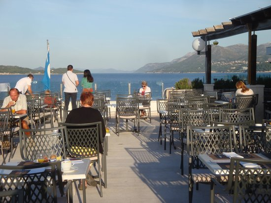 Neptun Hotel: Breakfast on the terrasse