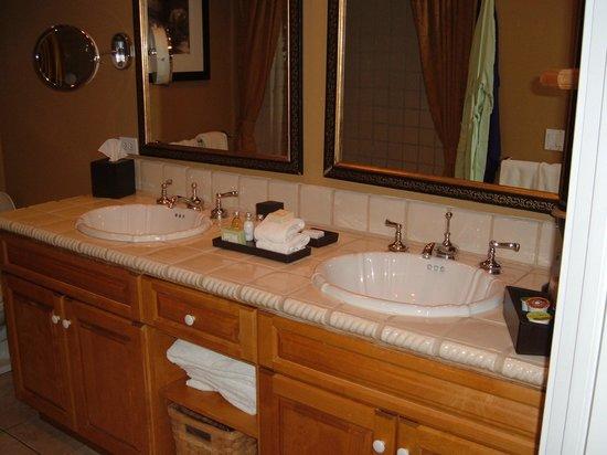 Westlake Village Inn: 2 sinks is a good thing