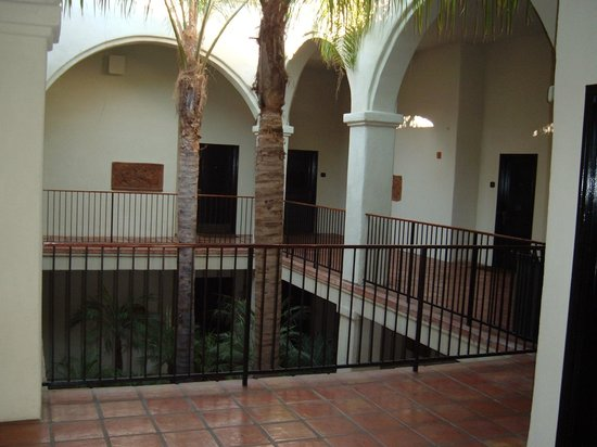 Westlake Village Inn : Nice Atrium Building