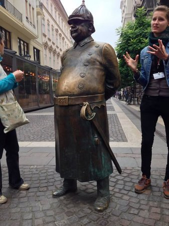 Free Budapest Tours & Multilingual Guides : poilice statue