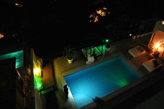 The Villa: La piscina de noche