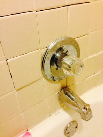 Days Inn - Holly Springs : Broken tile and bathtub faucet separated from wall