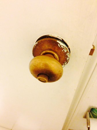 Days Inn - Holly Springs : Bathroom door handle loose