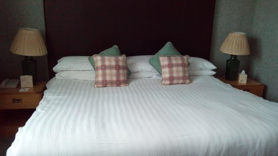 Fairfield House Hotel: Massive bed with six pillows