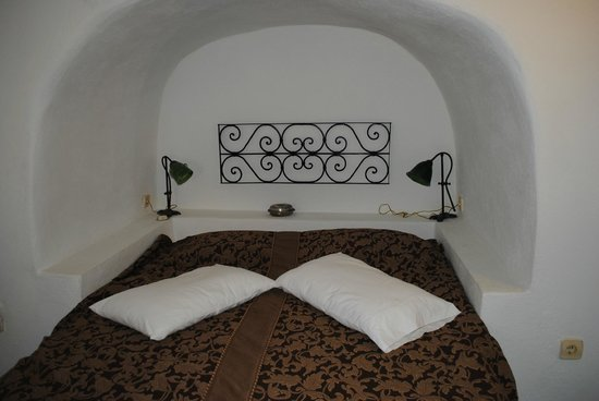 Fanari Villas: Our Bed built into the cliff