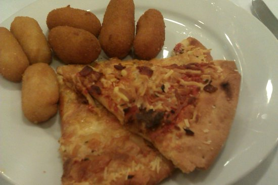 Hotel Mainare Playa Fuengirola: pizza and croquettes