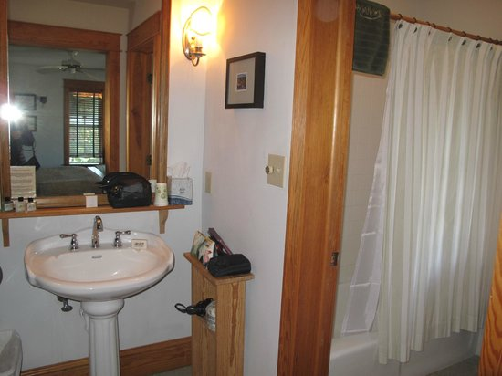 Roanoke Island Inn : Bathroom with tub and shower and toilet and sink outside