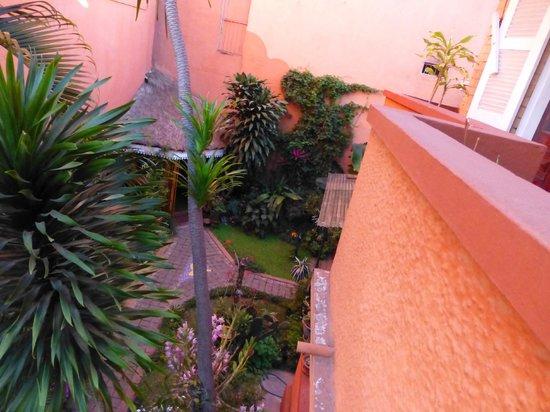 Chez Aina : Un angolo del giardino visto da una camera