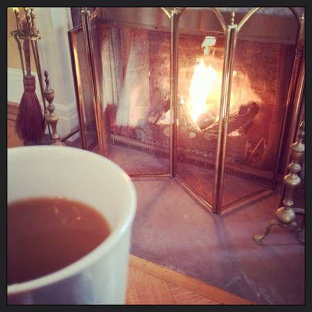 1837 Cobblestone Cottage Bed and Breakfast: Enjoying coffee by the fireplace