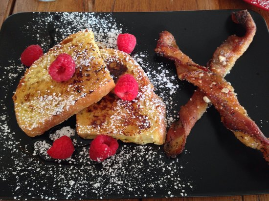 1837 Cobblestone Cottage Bed and Breakfast: Out of this world French toast and twisted bacon