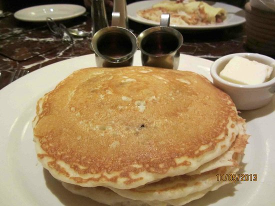 Grand Lux Cafe : Pancakes with blueberries