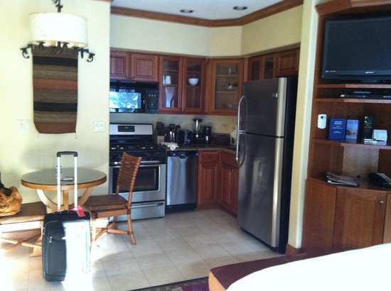 Valdoro Mountain Lodge: fully equipped compact kitchen