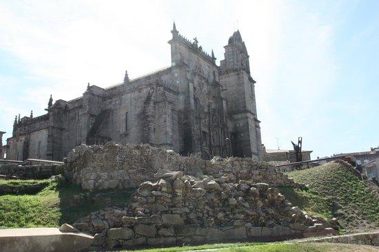 Pontevedra - Restos de la muralla medieval, al fondo la Basílica de Santa María la Mayor