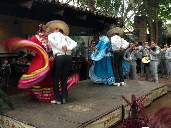 El Abajeno : Mariachi y Baile