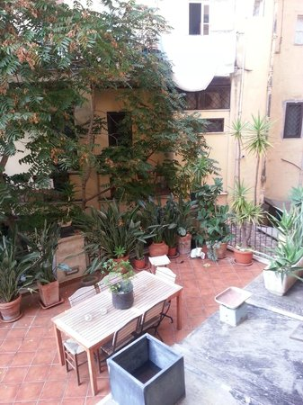 Borromeo Hotel : View of courtyard from our room