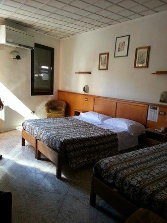HOTEL LORENA: Room inside - double