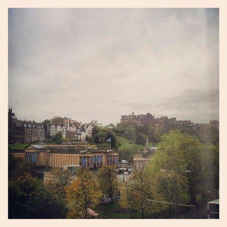 Mercure Edinburgh City - Princes Street Hotel: The Castle view we woke up to.