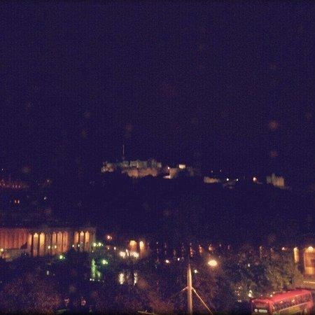 Mercure Edinburgh City - Princes Street Hotel: Night time view of the castle