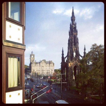 Mercure Edinburgh City - Princes Street Hotel: Scot's monument, Princes Street.