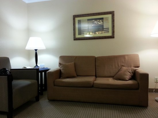 Radisson Suites Hotel Anaheim - Buena Park: Sala com sofá,poltrona, TV e mesa de jantar com bancada de pia , microondas e firgobar