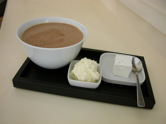 Knoops: Hot chocolate with homemade marshmallow and cream