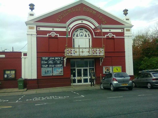 Magic Lantern Cinema Tywyn: The building now seems to be red!
