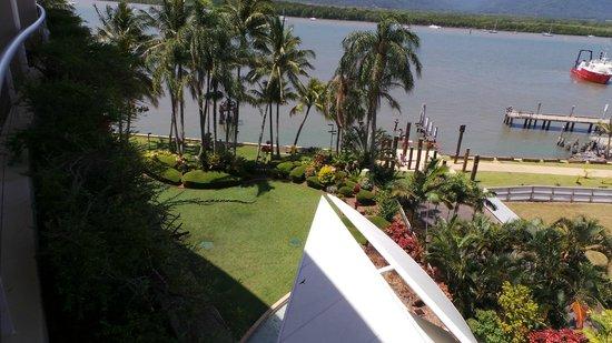 Hilton Cairns: Hotel garden