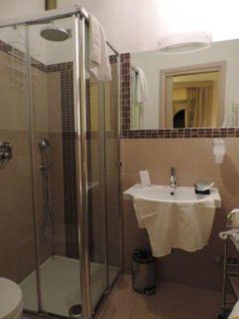 Hotel Alexander: bathroom
