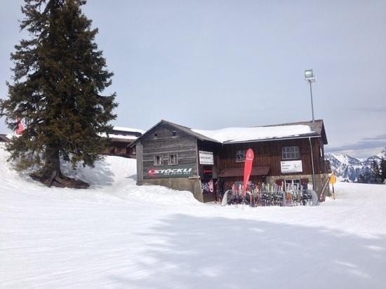 Chruz Das Bergrestaurant: Im Hintergrund Rest. Chrüz, im Vordergrund Ski Service U.Bleisch