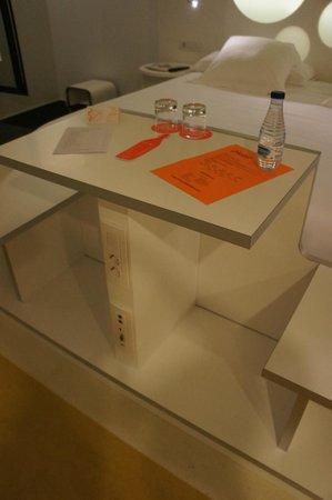 Room Mate Pau: table