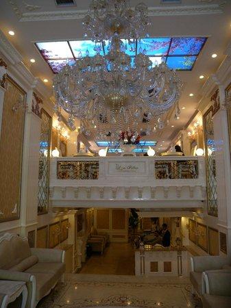 Angel Palace Hotel: Calm entrance to Angel Palace