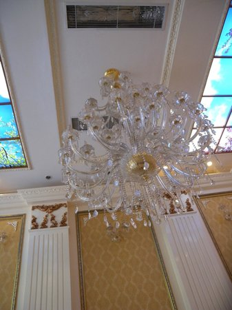 Angel Palace Hotel: Chandelier
