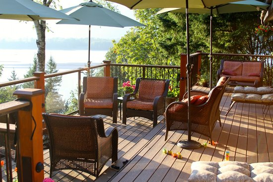The Fraser River's Edge Bed & Breakfast Lodge: porch