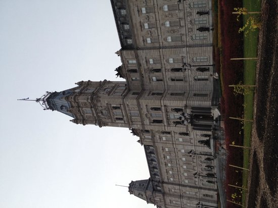 Hilton Québec : Parliament Building across the street from Hilton