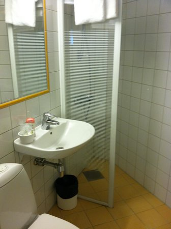Hotel Park Bergen: Bathroom in bottom floor annex room.
