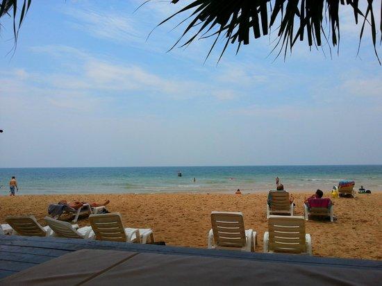 Lanta Castaway Beach Resort : beach